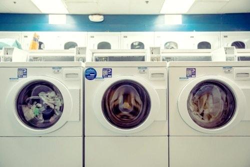 Trois machines à laver dans une rangée