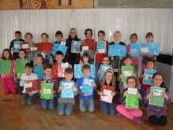 Groupe d'enfants avec des dessins