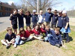 Groupe d'enfants dans la nature